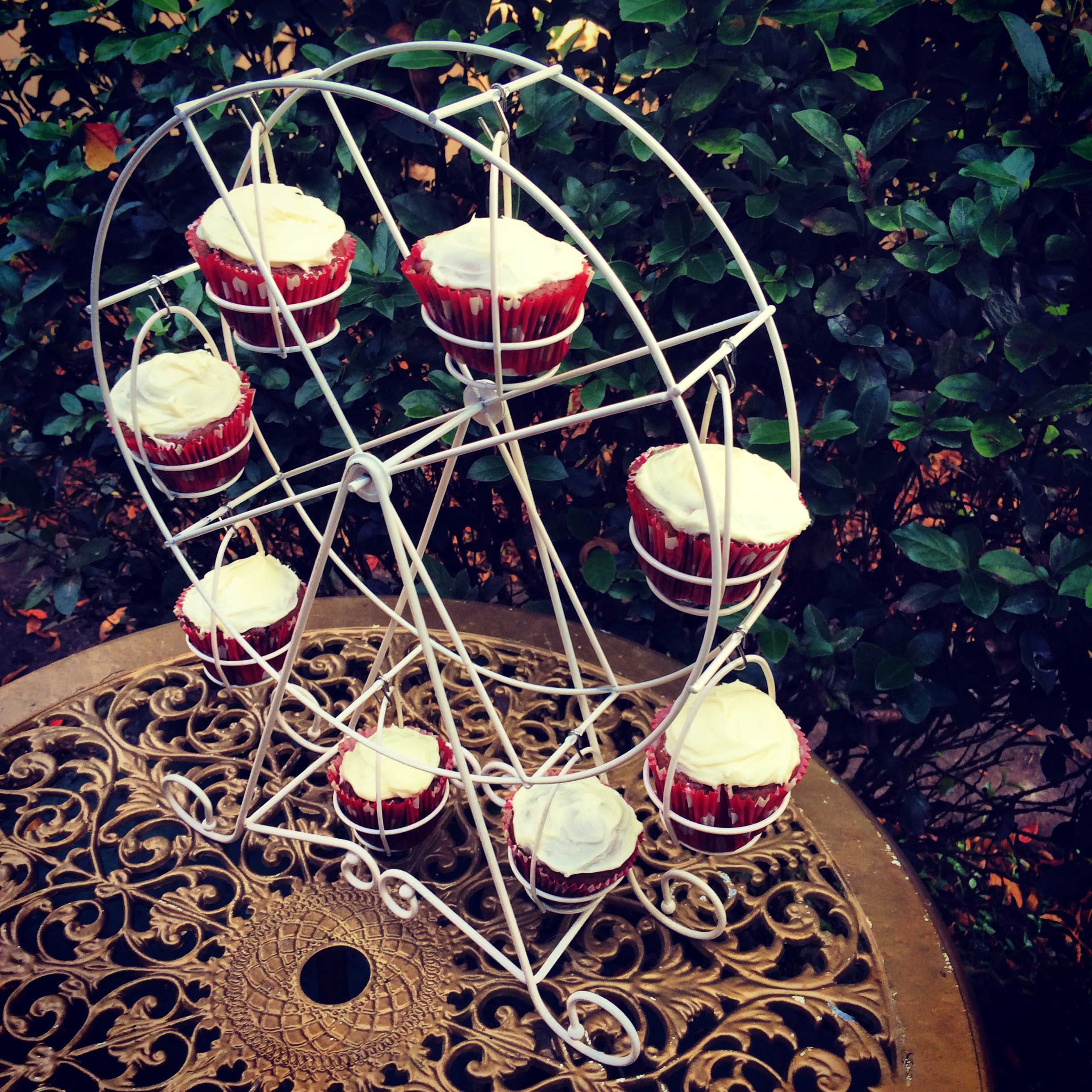 Classy ferris wheel cupcake holder for carnival party with ferris wheel cupcake stand