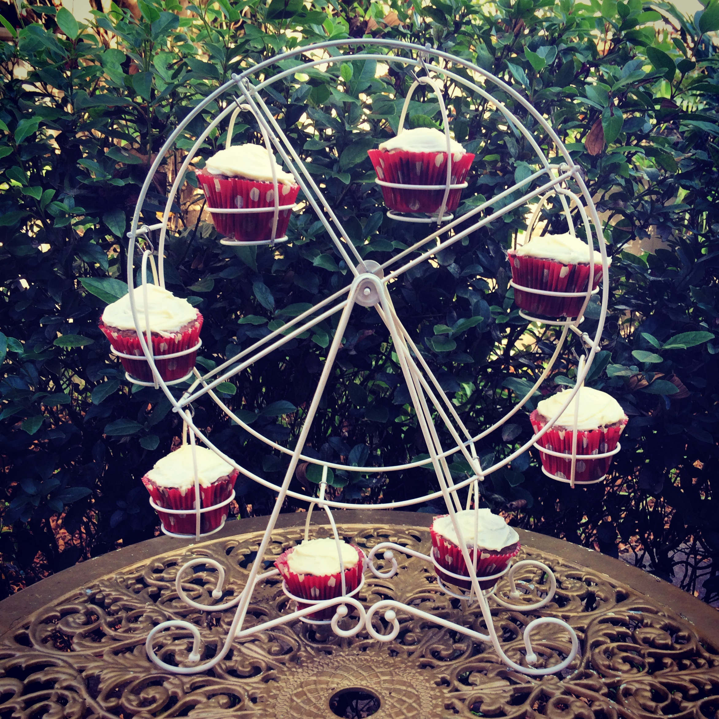 Creative ferris wheel cupcake holder for carnival party with ferris wheel cupcake stand